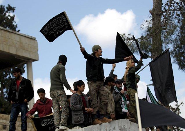Manifestantes com bandeiras da Frente al-Nusra