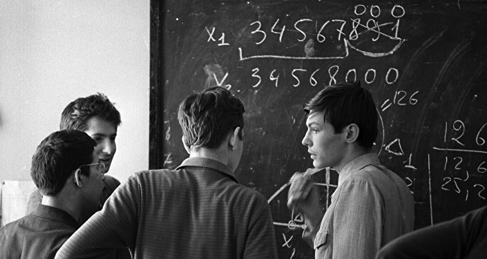 Alunos da escola 18, especializada em ciências exatas, discutem um problema de matemática (foto de arquivo)
