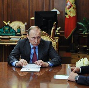 Vladimir Putin durante o anúncio da retirada das forças russas da Síria, em 14 de março de 2016