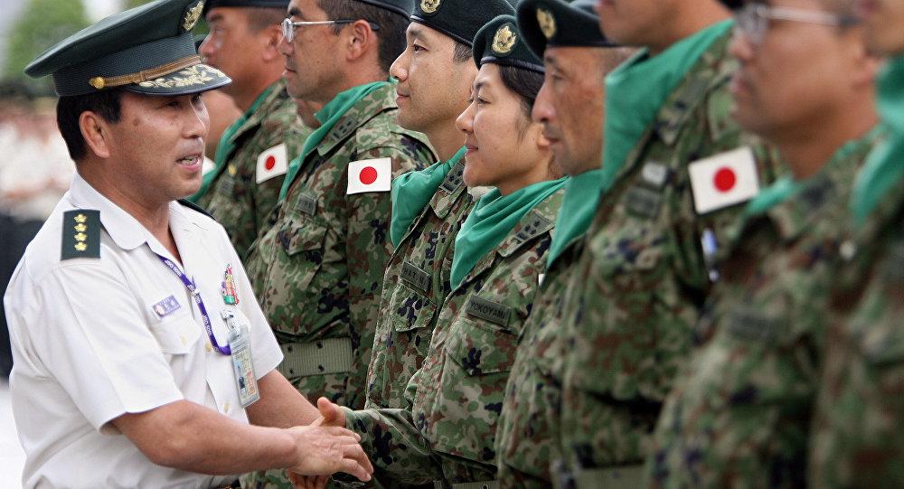 Militar japonês aperta a mão a soldados das Forças de Autodefesa do Japão (foto de arquivo)