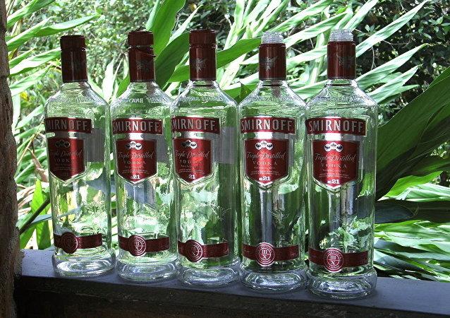 Algumas garrafas de vodka Smirnoff fabricadas no Brasil