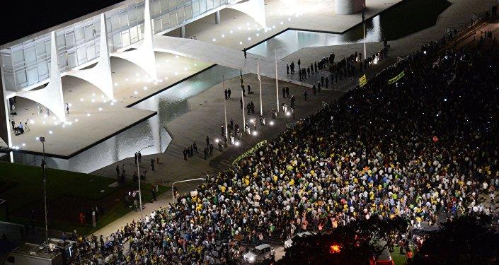 Protesto contra a nomeação do ex-presidente Lula como ministro da Casa Civil, em frente ao Palácio do Planalto
