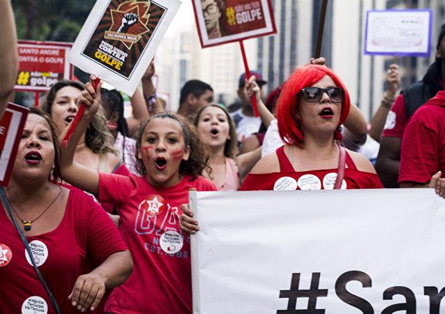 Manifestantes gritam palavras de ordem e mostram cartazes dizendo Não vai ter golpe em ato na Paulista em 18 de março de 2016
