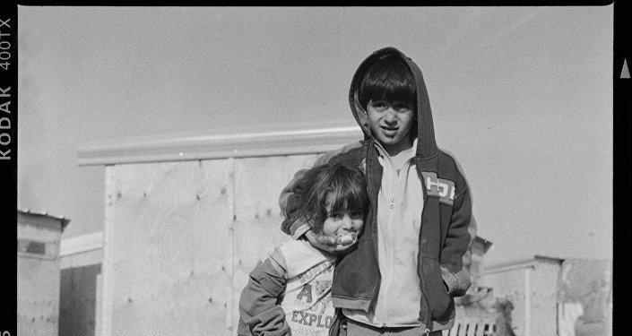 Crianças no campo humanitário Linière, Grande-Synthe, França