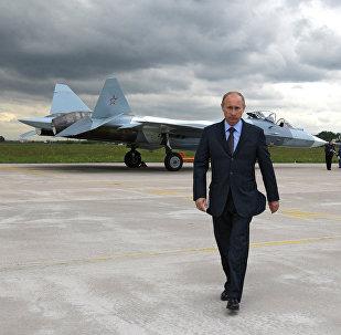 Presidente da Rússia Vladimir Putin assiste aos testes do caça T-50 (foto de arquivo)