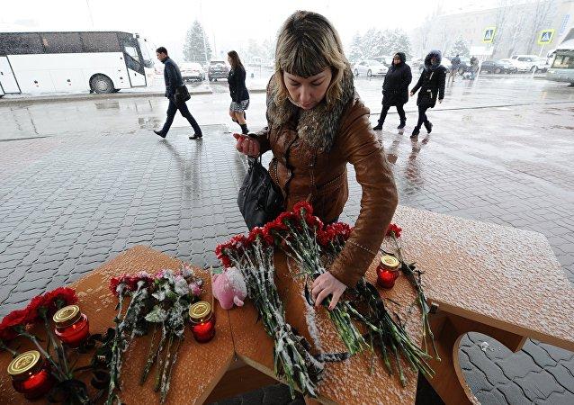 Uma mulher coloca flores no aeroporto Rostov-no-Don, onde o avião de passageiros Boeing-737-800 caiu na aterrissagem.