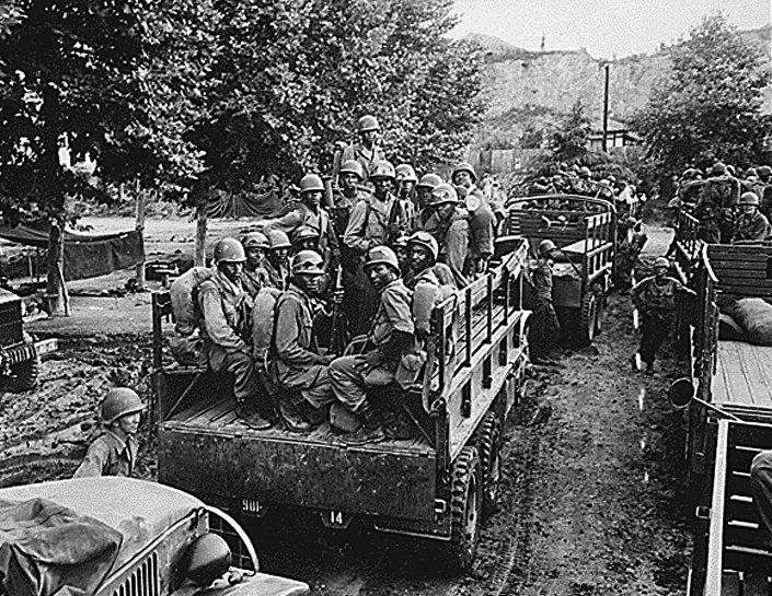 Soldados do 24 regimento de infantaria dos EUA parte para a frente na Coreia em 18 de julho e 1950, menos de um mês depois do início da guerra, em 25 de junho.