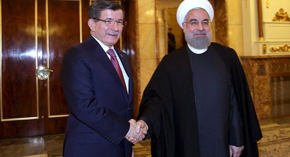 O presidente iraniano Hassan Rohani cumprimenta o primeiro-ministro turco Ahmet Davutoglu antes da sua reunião em Teerã, Irã, 5 de março de 2016.