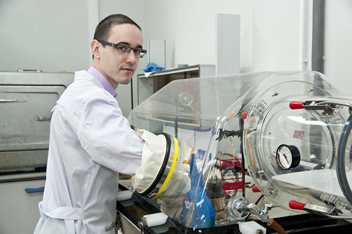 Um membro da equipe de pesquisa participa da criação do remédio contra o câncer