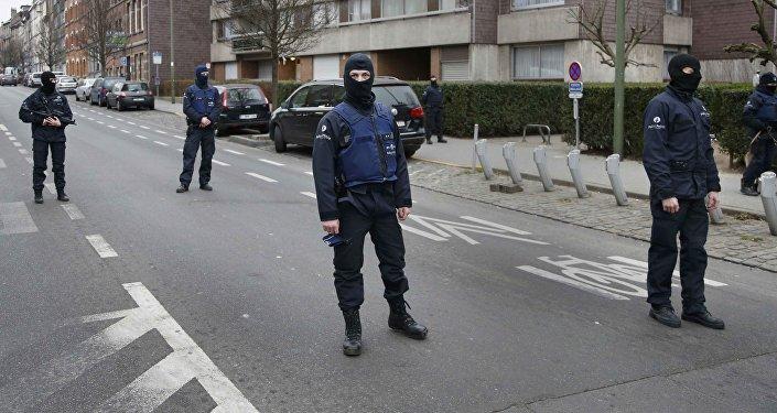 Polícia belga durante operação de segurança no subúrbio de Molenbeek em Bruxelas