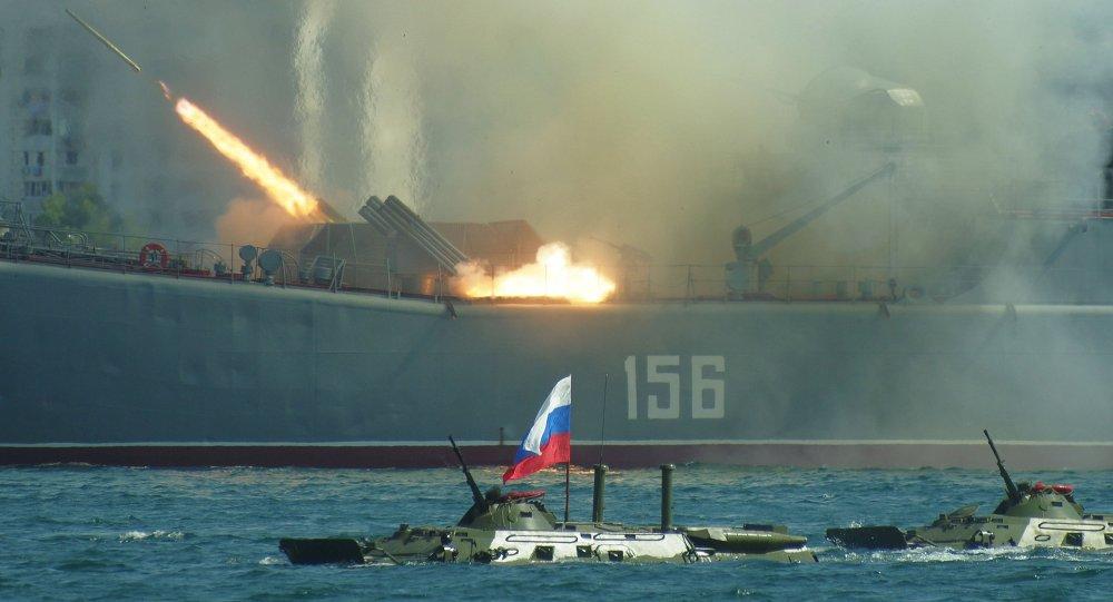 Salva de tiros do navio Yamal durante celebrações do Dia da Marinha Russa em Sebastopol, na Crimeia