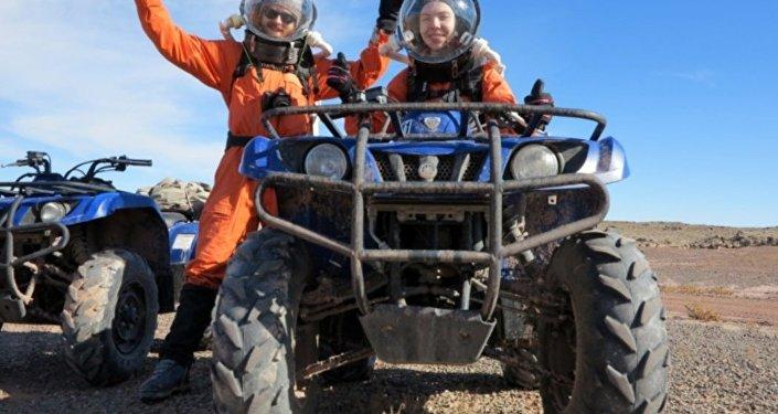 Anastasiya Stepanova junto com outro participante da experiência marciana em Utah, EUA