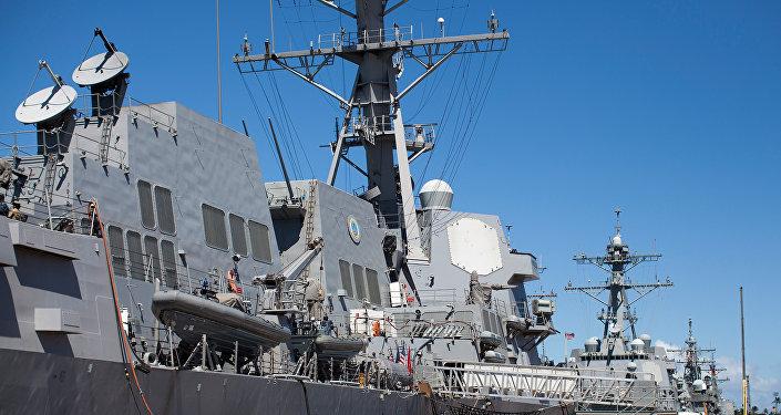 Vários veículos militares nas base conjunta Pearl Harbor-Hickam durante os exercícios navais RIMPAC, junho de 2012