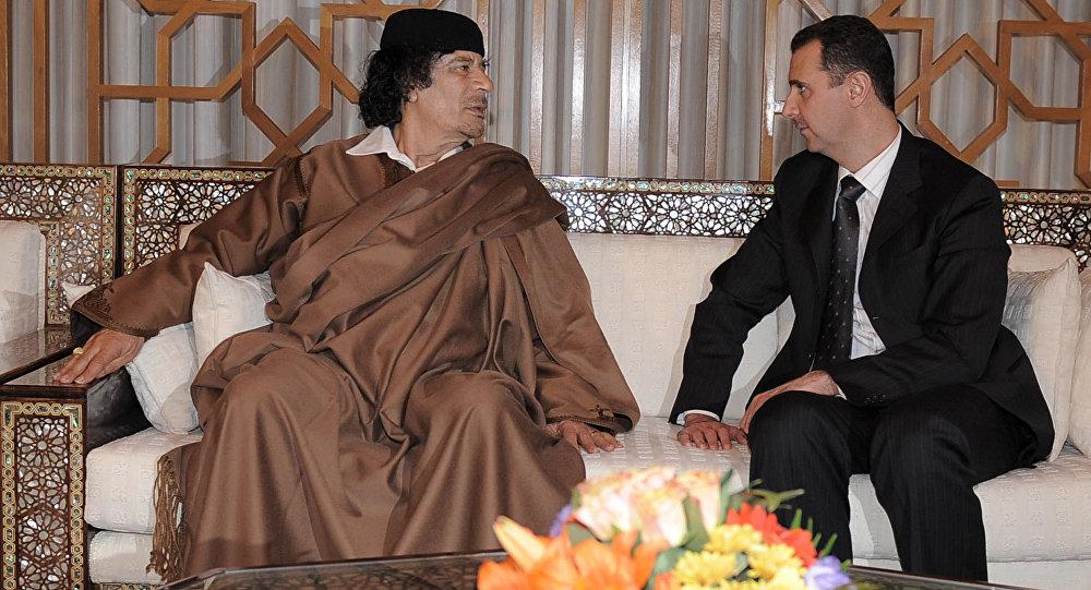 Líder líbio Muammar Kadhafi e o presidente sírio Bashar Assad durante o encontro no aeroporto de Damasco, Síria, 28 de março de 2008