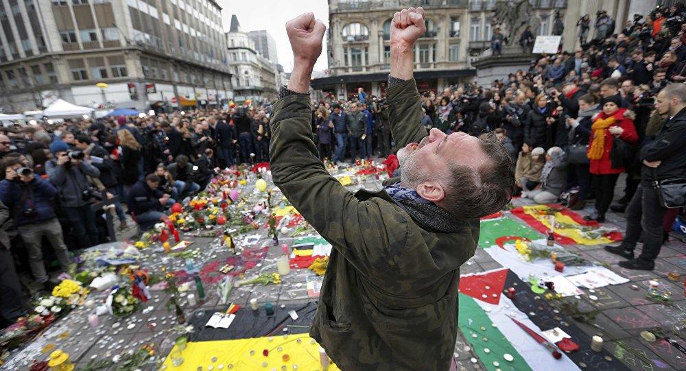 Um homem no local de memorial de rua criado após atentados em Bruxelas (Bélgica). 23 de março, 2016