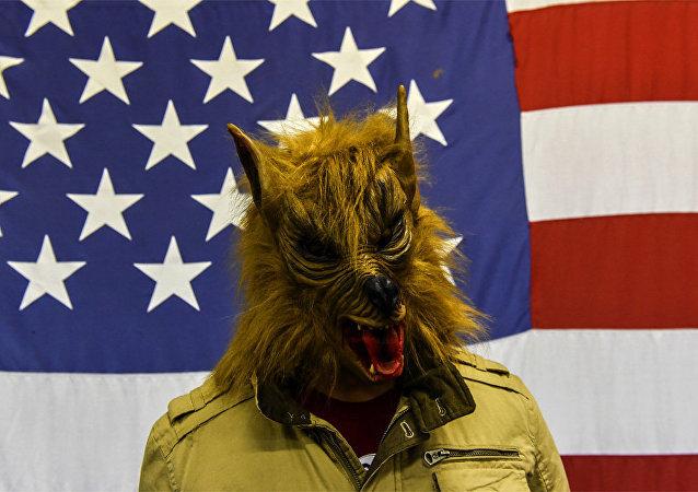 Soldado norte-americano disfarçado como um lobisomem numa das bases da OTAN - no Kosovo