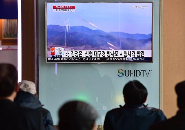 Sul-coreanos vêem programa de televisão que mostra lançamento de míssil realizado pela Coreia do Norte (foto de arquivo)