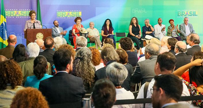 Presidenta Dilma Rousseff recebe artistas e intelectuais no Planalto