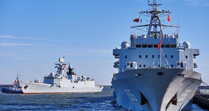 Navios chineses Qiandaohu e Yiyang entram no porto de Gdynia, Polônia, outubro de 2015