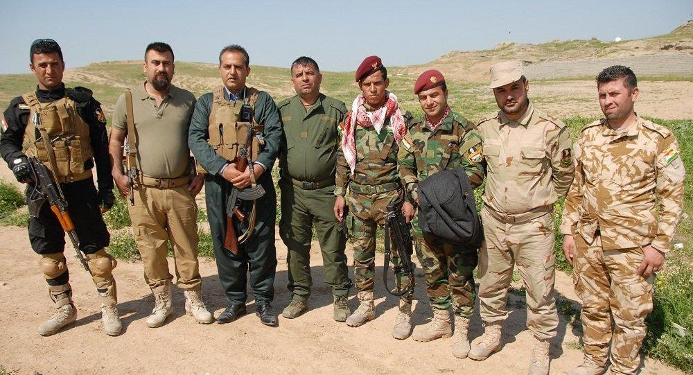 General curdo Lokman Serefhani (terceiro da esquerda) junto com outros combatentes de Peshmerga