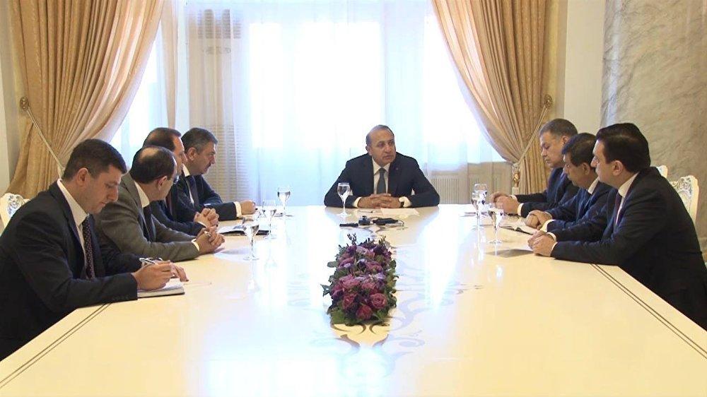 O primeiro-ministro da Armênia, Ovik Abraamyan, convocou uma reunião urgente do governo