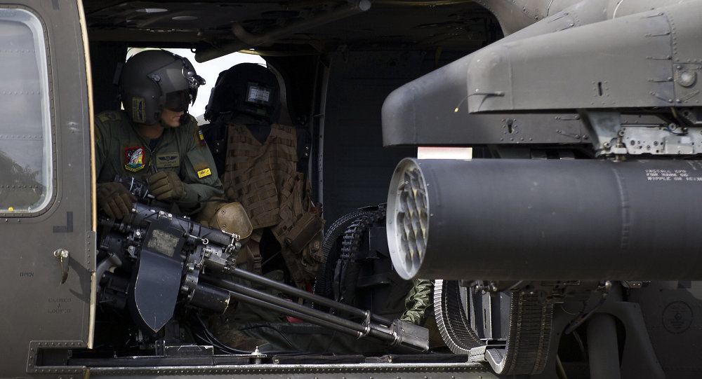 Helicóptero da Força Aérea da Colômbia decola de base militar em Quibdo, Departamento de Choco, em 19 de novembro de 2014, para reforçar operações de busca do General Ruben Alzate, sequestrado pelas FARC