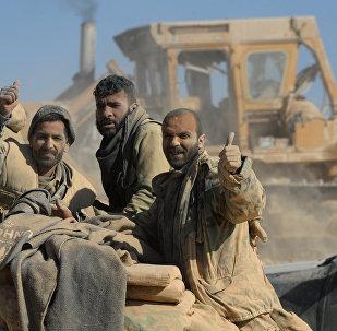 O exército do governo sírio e as milícias nos arredores de Al Qaryatayn