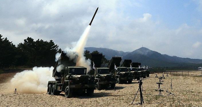 Lançadores múltiplos de foguetes disparam projéteis durante exercícios de artilharia em Goseong, na fronteira com a Coreia do Norte, Coreia do Sul, 4 de abril de 2016