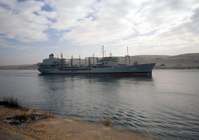 Navio iraniano Kharq entra no canal de Suez, fevereiro de 2012 (foto de arquivo)