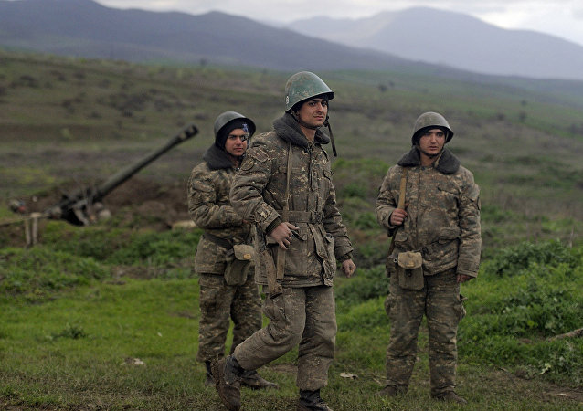 Militares na povoação de Madagis na zona de conflito em torno de Nagorno-Karabakh, abril de 2016