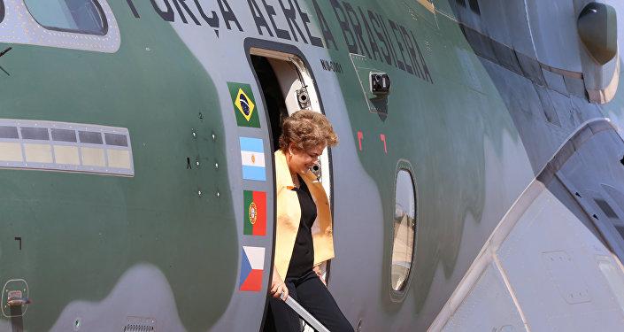 A Presidente Dilma Rousseff no avião cargueiro KC-390