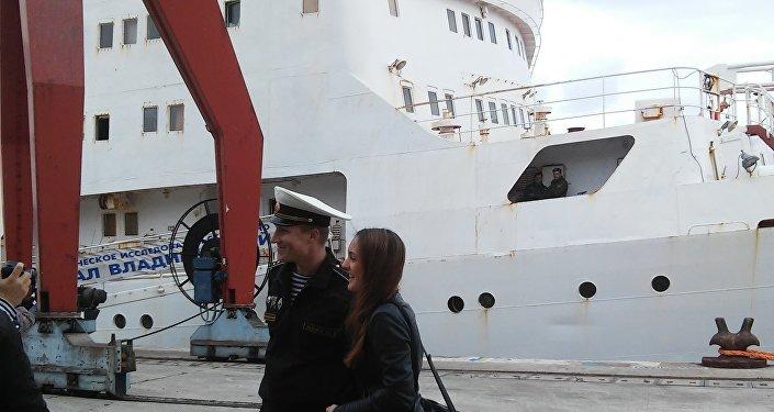 Tripulação de Admiral Vladimirsky passeia pelo porto de Lisboa em 4 de abril de 2016