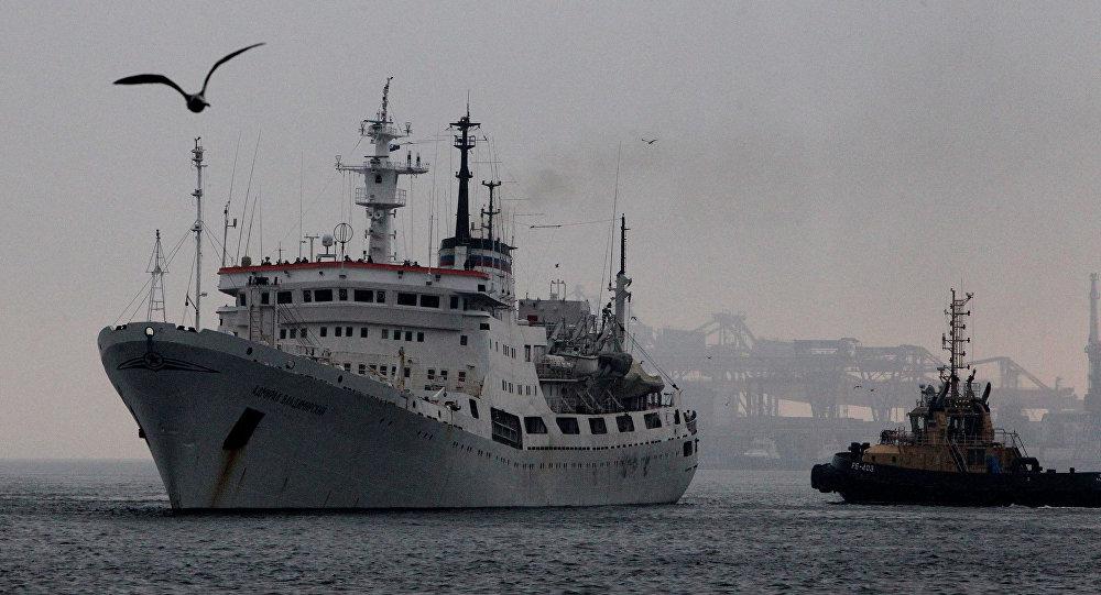 Navio de pesquisa russo Admiral Vladimirsky no porto de Vladivostok, Rússia (foto de arquivo)