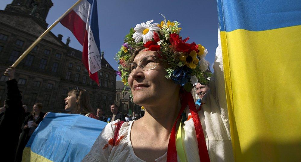 Menina ucraniana perante o Palácio Presidencial durante o referendo em Amsterdã
