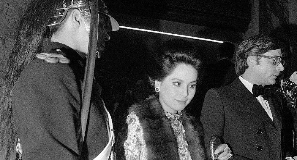 Dewi Sukarno, esposa do falecido presidente indonésio Sukarno, em 7 de fevereiro de 1972 chega à Ópera de Paris, na França, para participar de uma festa de gala, acompanhada por Francisco Paesa, célebre agente dos serviços secretos espanhóis.