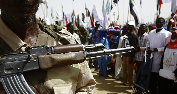 Sudaneses participam de uma manifestação organizada durante a visita do presidente do país à cidade de Zalingei, capital do estado de Darfur Central, em 3 de abril de 2016.