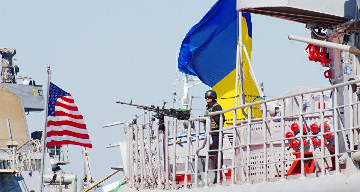 Navio militar norte-americano Donal Cook e a fragata ucraniana Getman Sagaidachny durante os exercícios navais Sea Breeze-2015 em Odessa, Ucrânia, 1 de setembro de 2015 (foto de arquive)