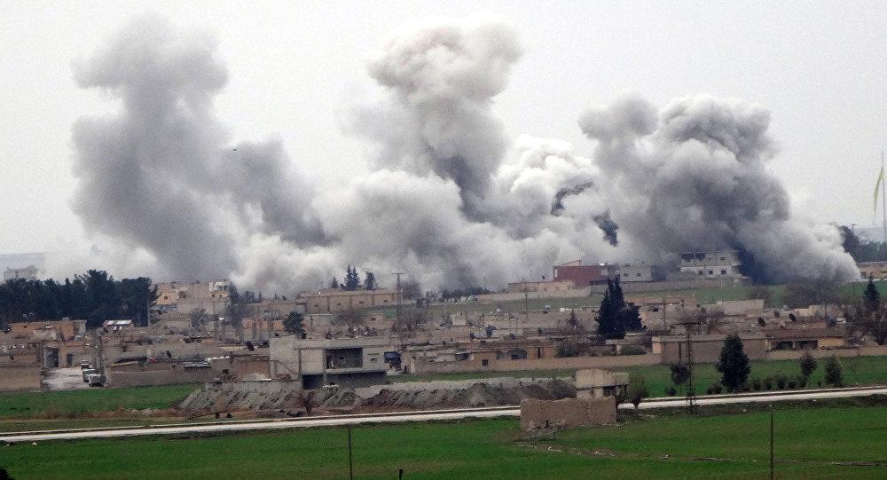 Fumo na cidade síria de Tel Abyad, que fica próximo à fronteira turca, durante os confrontos entre o Deash e Unidades Curdos de Proteção Popular (YPG), Síria, 27 de fevereiro de 2016