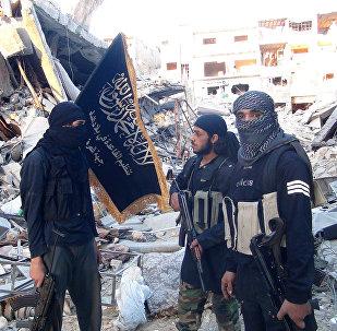 Jihadistas da Frente al-Nusra em um campo de refugiados destruído ao sul de Damasco