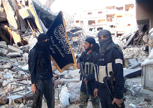 Jihadistas de Frente al-Nusra afiliada a Al-Qaeda's no destruido campo de refugiados palestino Yarmuk  ao sul de Damasco, setembro 2014