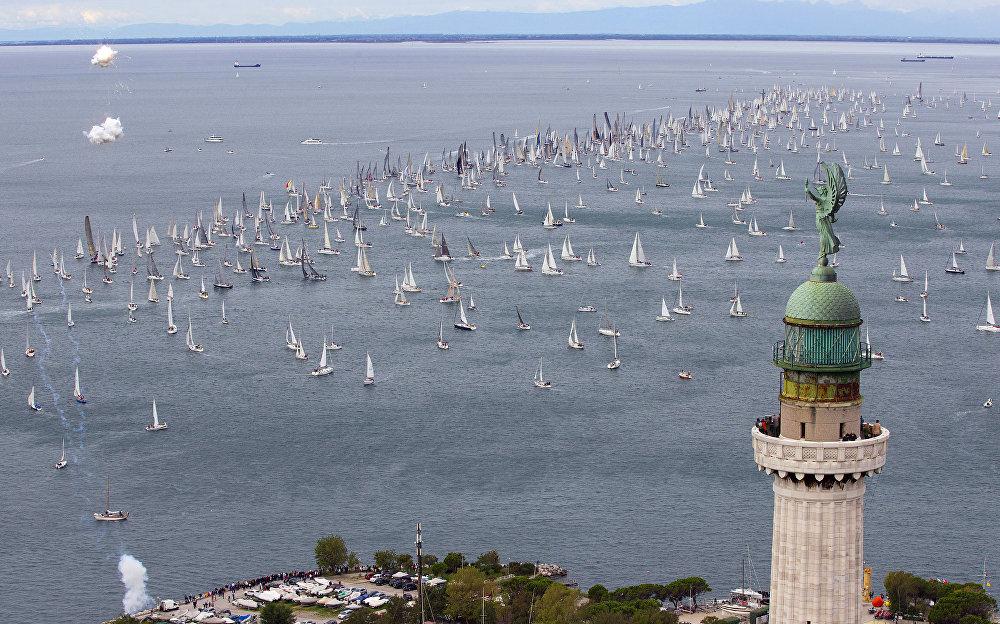 Farol da Vitória, na cidade de Trieste, durante a regata Barcolana no golfo de Trieste, Itália