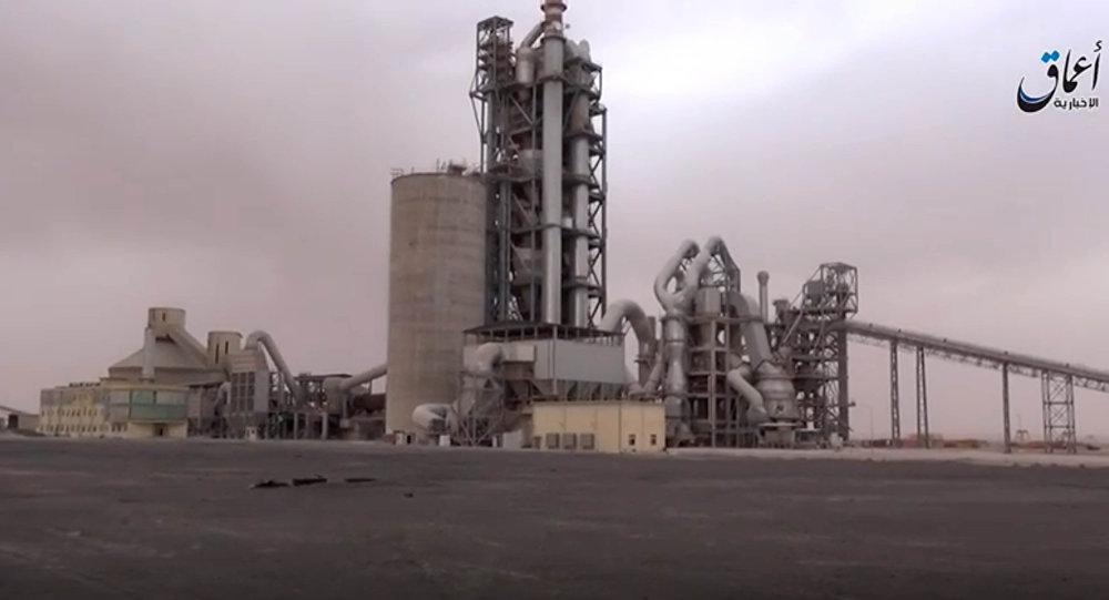 Imagem do vídeo divulgado pela agência de notícias Amaq que mostra a fábrica que foi atacada pelo Deash, arredores de Damasco, Síria,  7 de abril de 2016