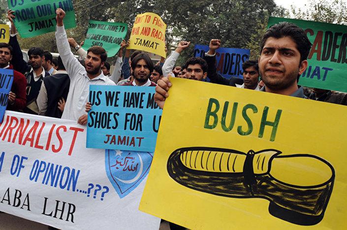 Jornalista iraquiano jogou seu sapato contra George W. Bush