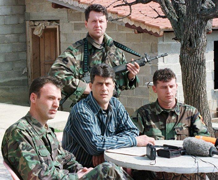 Hashim Thaci, o comandante do Exército de Libertação do Kosovo (ELK), considerado por muitos países, inclusive a Sérvia, como terrorista. Foto de arquivo de 1999.