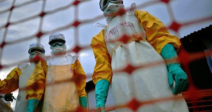 Funcionários da organização Médicos Sem Fronteiras tratam a pessoa contaminada com ebola na sua facilidade em Kailahun, Serra Leoa, agosto de 2014