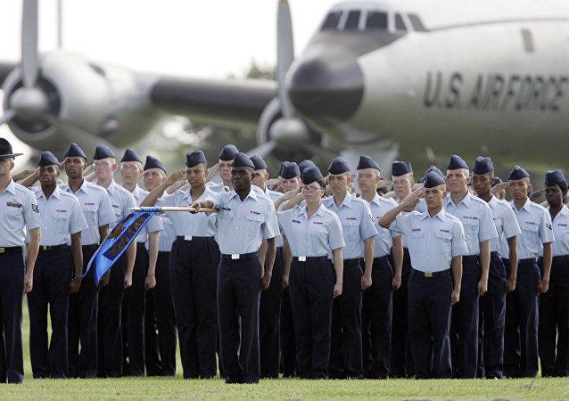 Militares norte-americanos participam da cerimônia na base aérea Lackland, Texas, EUA (foto de arquivo)