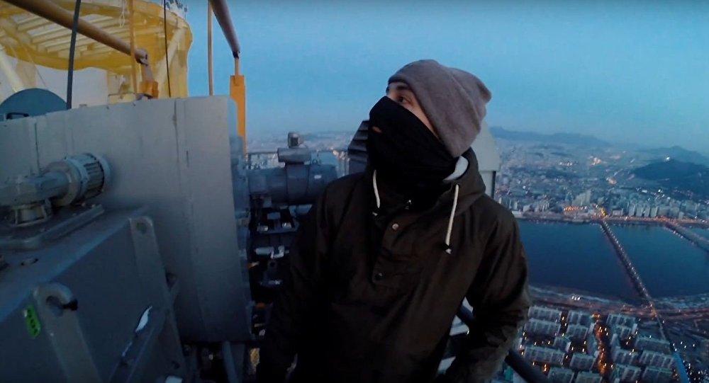 Russos sobem prédios sem proteção e sem medo
