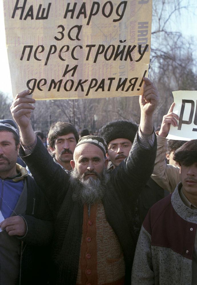 Os participantes do manifestação de apoio à Perestroika em Dushanbe