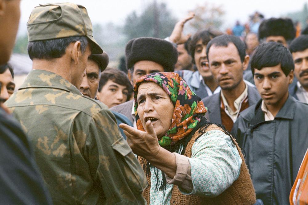 Uma moradora de Nagorno-Karabakh fala com soldado
