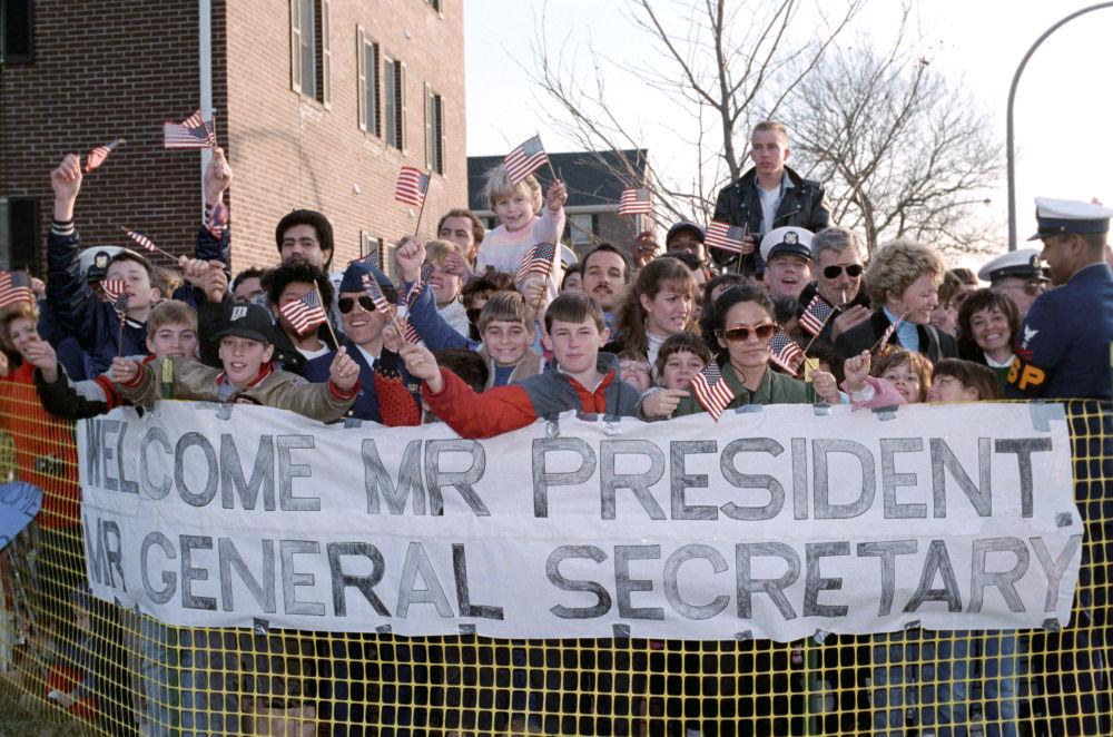 Os nova-iorquinos cumprimentam Mikhail Gorbachev e Ronald Reagan